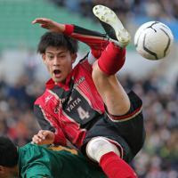 【静岡学園―矢板中央】後半、右CKに飛び込む矢板中央の長江(上)=埼玉スタジアムで2020年1月11日、宮武祐希撮影