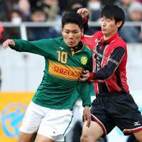 【静岡学園―矢板中央】前半、ドリブルで攻め上がる静岡学園の松村(左)=埼玉スタジアムで2020年1月11日、宮武祐希撮影