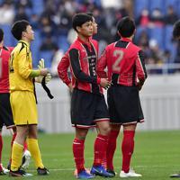 【静岡学園―矢板中央】試合に敗れ、肩を落とす矢板中央の選手たち=埼玉スタジアムで2020年1月11日、藤井達也撮影