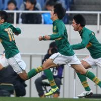 【静岡学園―矢板中央】後半、PKを決めて駆け出す静岡学園の松村(左)=埼玉スタジアムで2020年1月11日、宮武祐希撮影