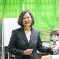 台湾総統選で投票する蔡英文総統=台湾北部・新北市で2020年1月11日(民進党提供)