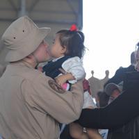 中東派遣のための壮行行事で、家族との別れを惜しむ隊員たち=那覇市の海自那覇航空基地で2020年1月11日午前10時27分、徳野仁子撮影