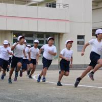 記録会に向け、体育の授業で持久走に挑戦する児童ら=小名木川小で、五味香織撮影