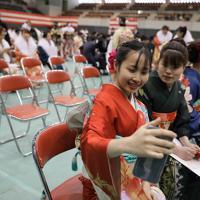 塩釜市の成人式に晴れ着を着て出席し、記念撮影するベトナムの技能実習生たち=宮城県塩釜市で2020年1月12日午後1時29分、和田大典撮影