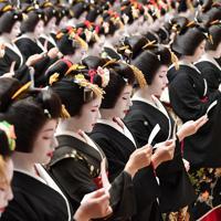 始業式で新年の誓いを唱和する祇園甲部の芸舞妓たち=京都市東山区で2020年1月7日午後0時2分、川平愛撮影
