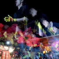 西宮神社の福男選びで、開門と同時に一斉に走り出す参加者たち=兵庫県西宮市で2020年1月10日午前6時、山田尚弘撮影