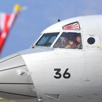中東海域への自衛隊派遣でアフリカのジブチに向け出発するP3C哨戒機から家族へ手を振る隊員たち=那覇市の海自那覇航空基地で2020年1月11日午前10時48分、徳野仁子撮影