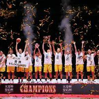 【デンソー―JX―ENEOS】優勝し喜び合うJX―ENEOSの選手たち=さいたまスーパーアリーナで2020年1月12日、吉田航太撮影