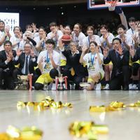 【デンソー―JX―ENEOS】優勝し記念写真に収まるJX―ENEOSの選手と関係者たち=さいたまスーパーアリーナで2020年1月12日、吉田航太撮影