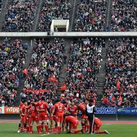 【神戸製鋼―キヤノン】開幕戦には大勢の観客が詰めかけた=神戸ユニバー記念競技場で2020年1月12日、平川義之撮影