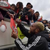【神戸製鋼―キヤノン】試合終了後、ファンにサインを求められ、応じる神戸製鋼の中島イシレリ=神戸ユニバー記念競技場で2020年1月12日、平川義之撮影