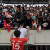 【神戸製鋼―キヤノン】試合終了後、サインを求め集まったファンら。手前は神戸製鋼のFB山中亮平選手=神戸ユニバー記念競技場で2020年1月12日、平川義之撮影