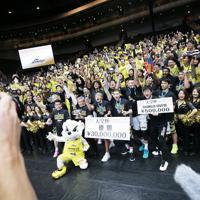 【SR渋谷―川崎】優勝しスタンドの観客たちと記念写真に収まるSR渋谷の選手たち=さいたまスーパーアリーナで2020年1月12日、吉田航太撮影
