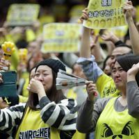 【SR渋谷―川崎】SR渋谷が優勝し、涙ぐむスタンドの観客たち=さいたまスーパーアリーナで2020年1月12日、吉田航太撮影