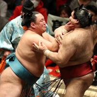 玉鷲(左)が高安を押し出しで破る=東京・両国国技館で2020年1月12日、佐々木順一撮影