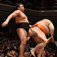 魁聖(右)を引き落としで破る霧馬山=東京・両国国技館で2020年1月12日、大西岳彦撮影