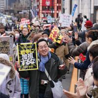 自衛隊の中東派遣など安倍政権の政策に抗議し、新宿の街をデモ行進する参加者=JR新宿駅前で2020年1月12日午後2時7分、後藤由耶撮影
