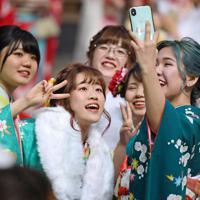 成人式の会場で記念写真を撮る晴れ着の新成人たち=北九州市小倉北区で2020年1月12日午後0時55分、上入来尚撮影