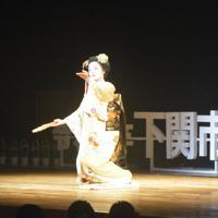 舞を披露する舞妓の秀眞衣さん=山口県下関市竹崎町で2020年1月12日午前11時10分ごろ、竹花周撮影