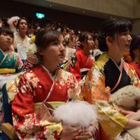成人式に出席する新成人たち=名張市松崎町で2020年1月12日午後1時16分、久木田照子撮影
