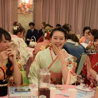 友人と語り合う新成人たち=伊賀市西明寺で2020年1月12日午後2時49分、久木田照子撮影