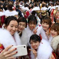 式典会場に集まった晴れ着姿の新成人たち=札幌市中央区で2020年1月12日、竹内幹撮影