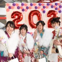 晴れ着姿で自撮りをする女性たち=倉敷市中庄のマスカットスタジアムで2020年1月12日午後0時22分、松室花実撮影