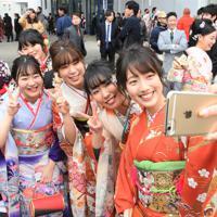 成人式の会場前で記念撮影する新成人たち=高知市で2020年1月12日午前10時11分、郡悠介撮影