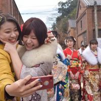 晴れ着姿で喜び合う新成人=京都府舞鶴市北吸の赤れんがパークで2020年1月12日午後1時32分、行方一男撮影