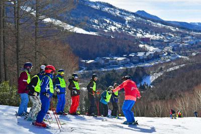 雄大な景色の中、講習を受ける参加者たち=長野県山ノ内町の志賀高原焼額山スキー場で、小松雄介撮影