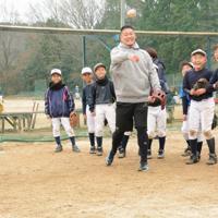 子どもたちと一緒に、ボールを壁に当てる練習に参加した筒香嘉智選手=河内長野市で、福田隆撮影