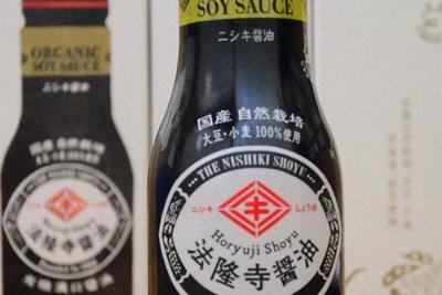 無肥料、無農薬の原料にこだわった「法隆寺醤油」=加藤佑輔撮影