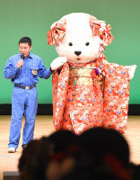 A mascot of Peace the polar bear, who turned 20 at Tobe Zoological Park, clad in a kimono appears on stage with zookeeper Atsuhiro Takaichi during a coming-of-age ceremony in the town of Tobe, Ehime Prefecture, on Jan. 12, 2020. (Mainichi/Yuichi Nakagawa)
