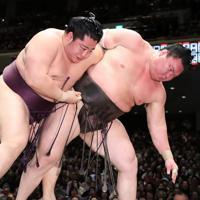 遠藤(左)に切り返しで敗れた白鵬=東京・両国国技館で2020年1月13日、吉田航太撮影