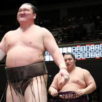 白鵬(左)を切り返しで破った遠藤=東京・両国国技館で2020年1月13日、吉田航太撮影