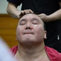 遠藤に敗れ、支度部屋で厳しい表情を見せる白鵬=東京・両国国技館で2020年1月13日、吉田航太撮影