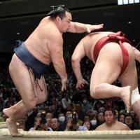鶴竜(左)が阿炎をはたき込みで降す=東京・両国国技館で2020年1月13日、吉田航太撮影