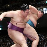 朝乃山(左)が送り出しで玉鷲を降す=東京・両国国技館で2020年1月13日、吉田航太撮影