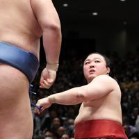 正代(左)に上手投げで敗れた炎鵬=東京・両国国技館で2020年1月13日、吉田航太撮影
