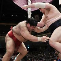 高安(左)が押し出しで隠岐の海を降す=東京・両国国技館で2020年1月13日、吉田航太撮影
