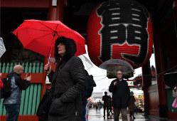 外国からの観光客でにぎわう浅草=東京都台東区で2019年4月10日、宮間俊樹撮影