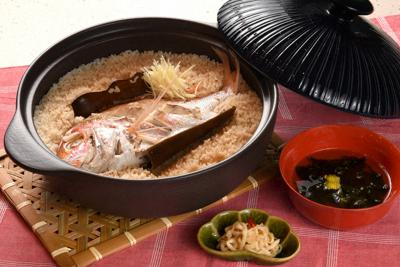 (左から時計回りに)鯛めし、アオサのおすまし、切り干しダイコンの漬物=大阪市北区で、久保玲撮影