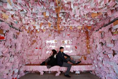 駅舎の中に切符を模したはがきや絵馬が所狭しと貼られた幸福駅=北海道帯広市で、貝塚太一撮影