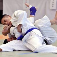 第34回全日本視覚障害者柔道大会の男子66キロ級で、ベテランの藤本を攻める19歳の瀬戸(上)=幾島健太郎撮影