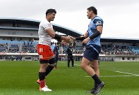 Kazuki Himeno, of Toyota Motor Corp., left, who played well in the 2019 Rugby World Cup in Japan, and Ayumu Goromaru, of Yamaha Motor Co., who was a key player in the 2015 event in England, shake hands after a Japan Top League match at Yamaha Stadium in the city of Iwata, Shizuoka Prefecture, in central Japan, on Jan. 12, 2020. (Mainichi/Kimi Takeuchi)