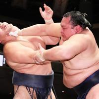 鶴竜(左)を押し出しで破った北勝富士=東京・両国国技館で2020年1月14日、玉城達郎撮影