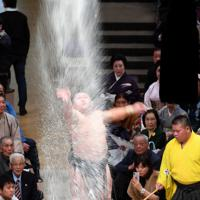 取組前に高々と塩を投げる照強=東京・両国国技館で2020年1月14日、北山夏帆撮影