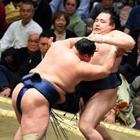 北勝富士(左)に押し出しで敗れる鶴竜=東京・両国国技館で2020年1月14日、北山夏帆撮影
