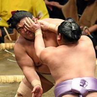 琴恵光(手前)とぶつかり合う志摩ノ海=東京・両国国技館で2020年1月14日、北山夏帆撮影