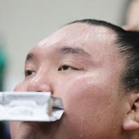 2敗目を喫し支度部屋で浮かない表情を見せる白鵬=東京・両国国技館で2020年1月14日、玉城達郎撮影